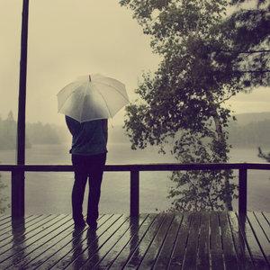 di bawah hujan
